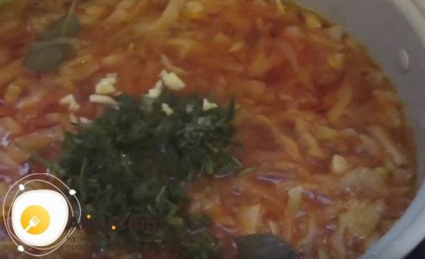 В конце заправляем блюдо чесноком и измельченной зеленью.