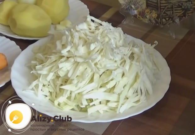 Пока варится бульон, шинкуем капусту.