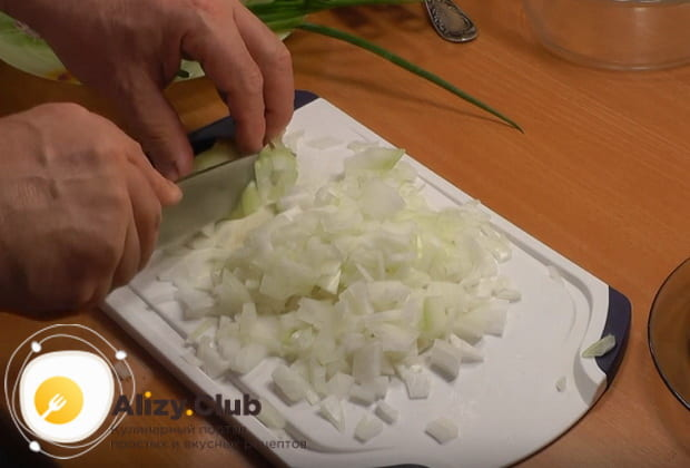 мелко нарезаем лук