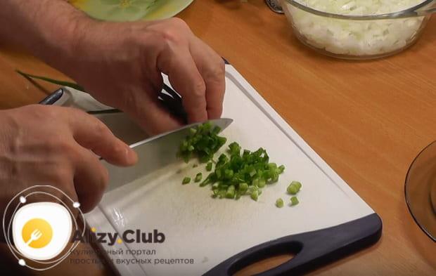 мелко шинкуем зеленый лук