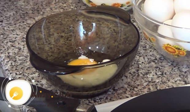 в глубокую тарелку вбиваем яйцо