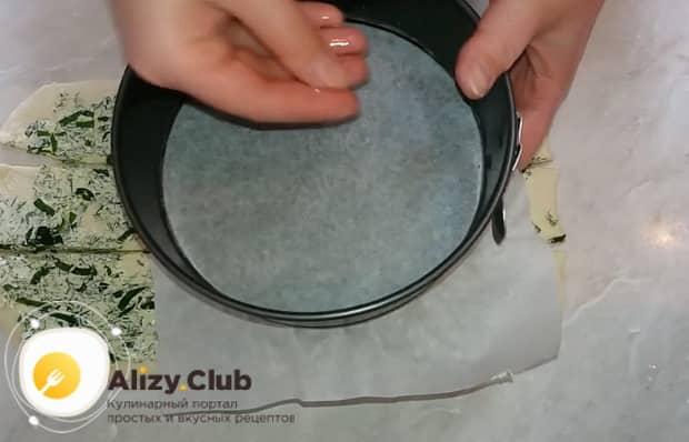 Подготовьте форму для приготовления чесночных булочек.