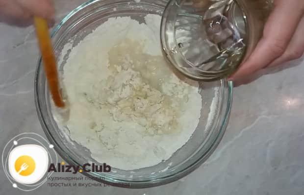Соедините ингредиенты для теста для приготовления чесночных булочек.