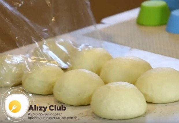 Снимаем пленку, снова разминаем булочки и скатываем их в шарики.