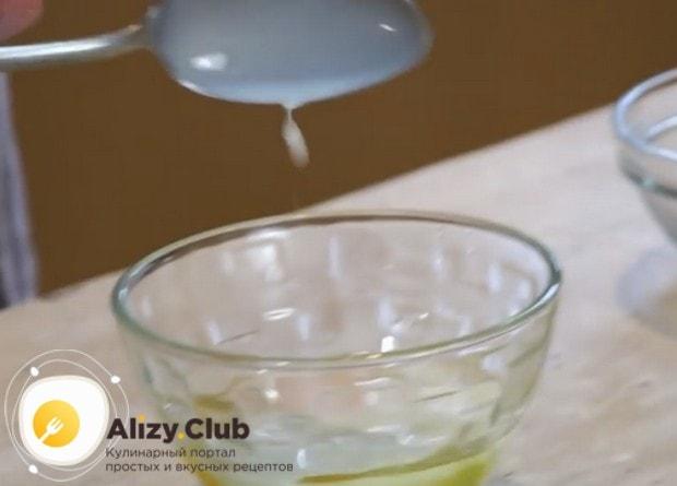 Для смазывания изделий взбиваем яйцо с одной столовой ложкой молока.