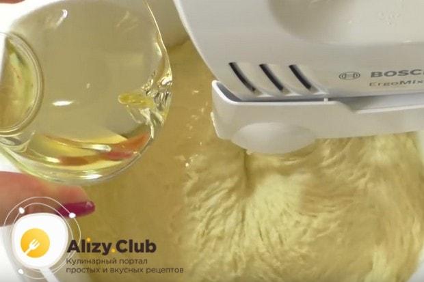 В загустевшее тесто вводим растительное масло.