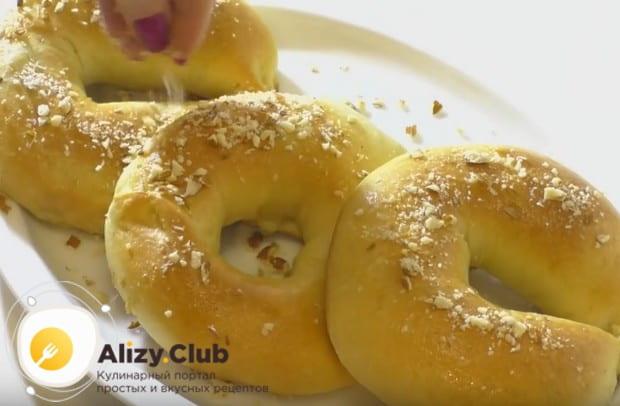 Готовые изделия можно смазать маслом и посыпать оставшимися орехами.