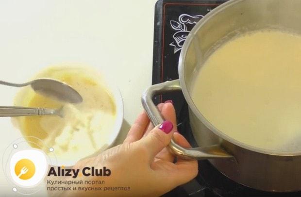 осторожно вводим в заготовку немного теплого молока и перемешиваем.