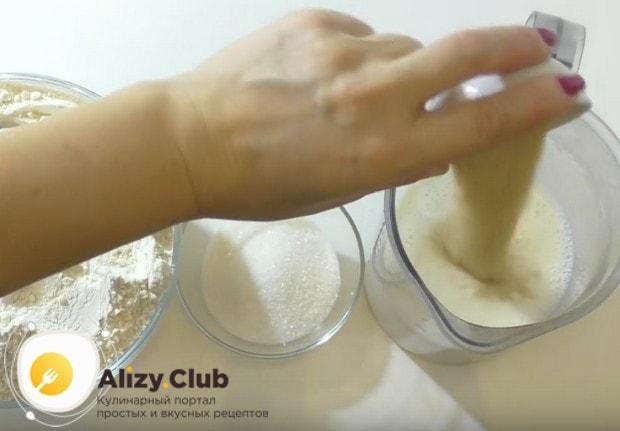 Для приготовления теста в теплое молоко высыпаем сухие дрожжи.