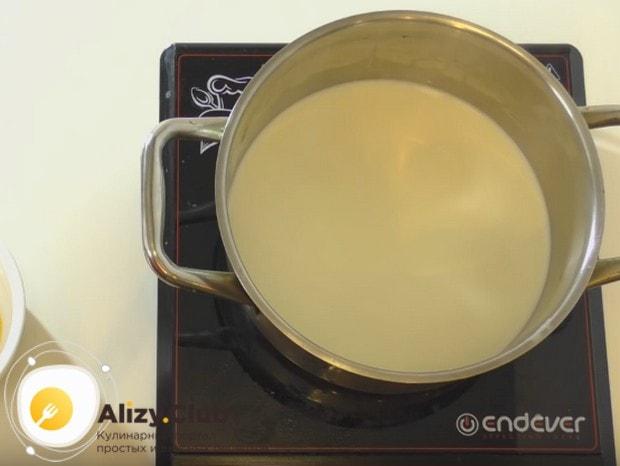 Для приготовления крема ставим молоко на плиту и доводим до кипения.