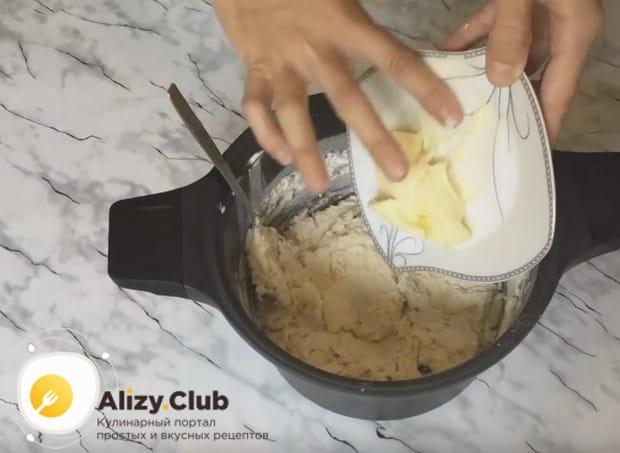 Вводим в тесто размягченное сливочное масло.