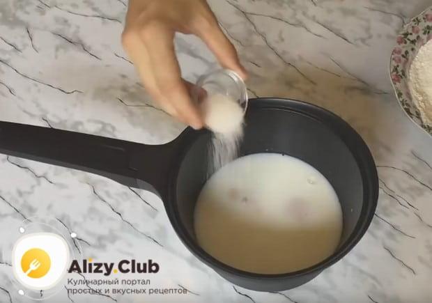 Добавляем в смесь молока и дрожжей сахар.