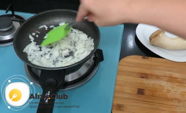 Для приготовления булочек с сыром обжарьте лук.