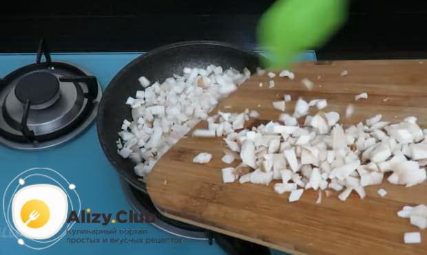Для приготовления булочек с сыром обжарьте грибы.