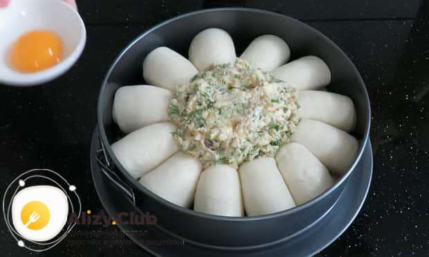 Для приготовления булочек с сыром выложите заготовки в форму.
