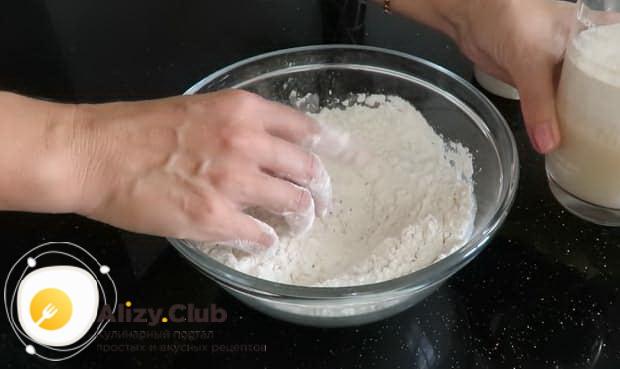 Для приготовления булочек с сыром подготовьте все ингредиенты.