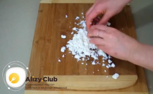 Для приготовления булочек с чесноком и зеленью измельчите сыр.