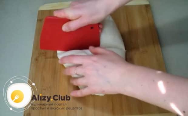 Для приготовления булочек с чесноком и зеленью разрежьте тесто.
