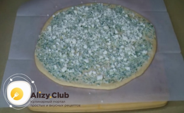 Для приготовления булочек с чесноком и зеленью положите брынзу.