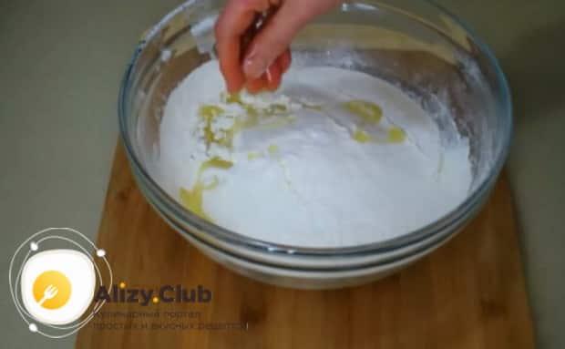 Для приготовления булочек с чесноком и зеленью добавьте в тесто нужные ингредиенты.