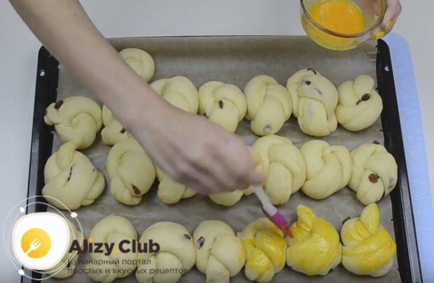 Перед отправкой в духовку смазываем изделия взбитым желтком.