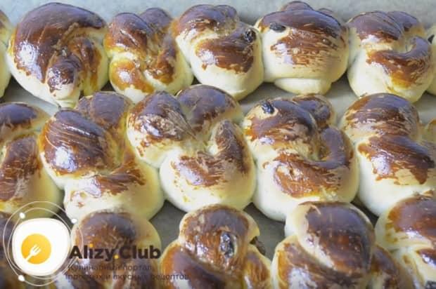 Воспользуйтесь нашим рецептом и приготовьте такие замечательные булочки с изюмом из дрожжевого теста.