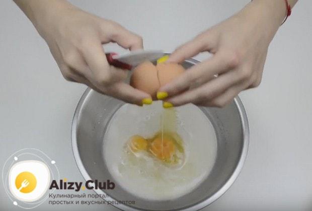 Когда дрожжи активизируются, выбиваем в массу яйца.