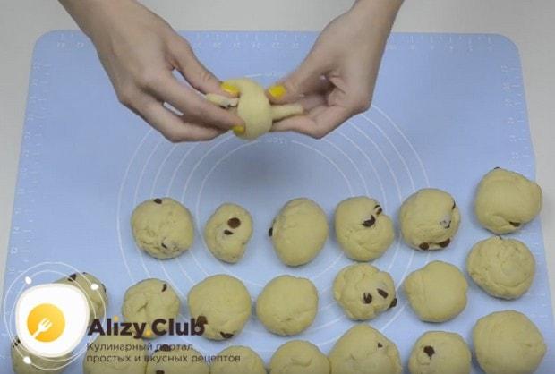 Посмотрите на видео, как красиво сформировать булочки с изюмом.