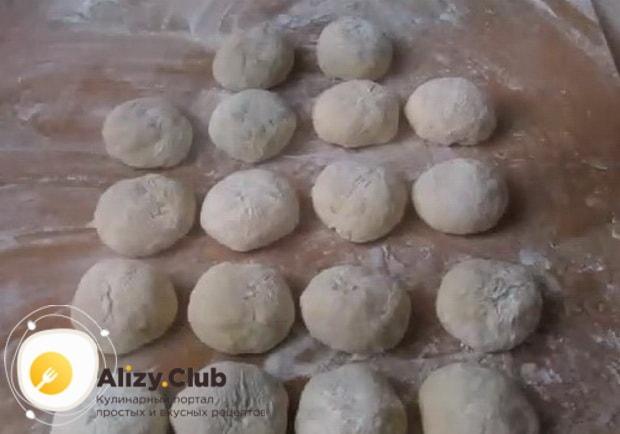 Для приготовления булочек с повидлом, разделите тесто на части.