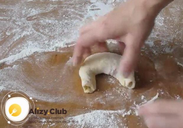 Для приготовления булочек с повидлом, сформуйте булочку.