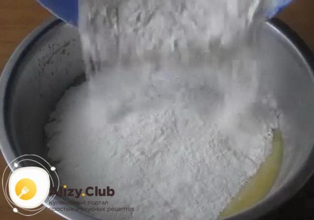Для приготовления булочек с повидлом, добавьте муку.