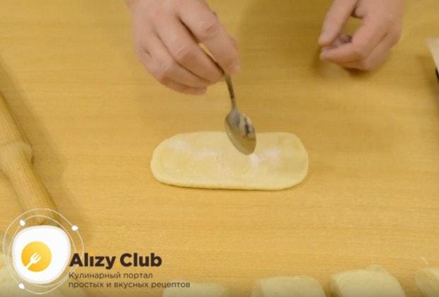 Раскатав кусочек теста в длинный овал, посыпаем его сахаром.