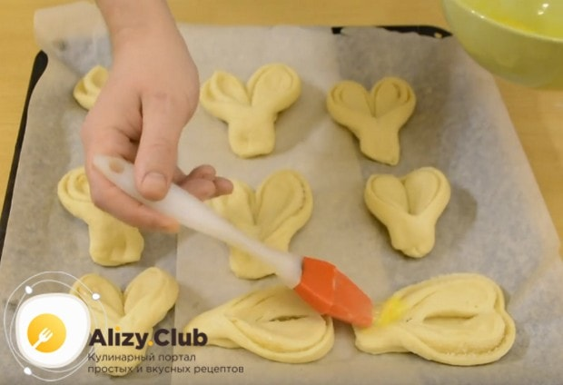 Перед отправкой в духовку смазываем изделия слегка взбитыми желтками.