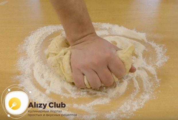 Хорошо вымешиваем тесто после расстойки.