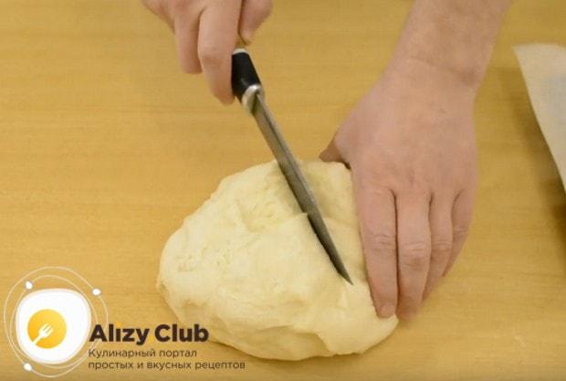 разрезаем тесто пополам и приступим к формированию булочек сердечек с сахаром.