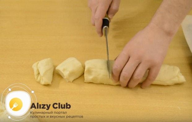 Из теста делаем колбаску и нарезаем ее на порционные кусочки.