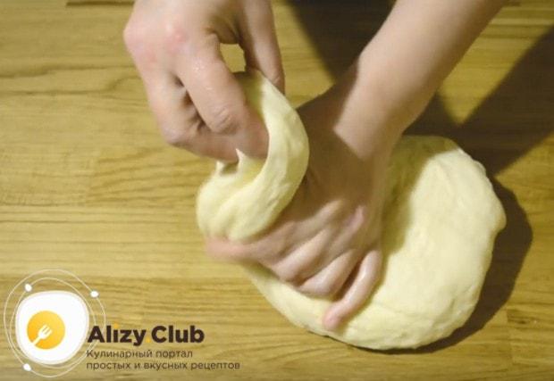 Обминаем тесто и начинаем формировать из него круглые булочки.