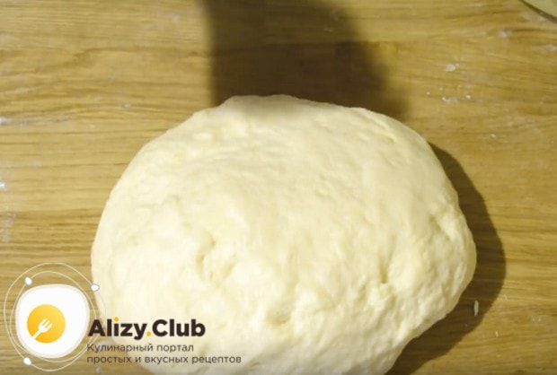 Творожное тесто для булочек в духовке получается слегка липковатым.