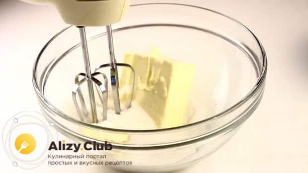 Для приготовления булочек с вареньем взбейте масло.