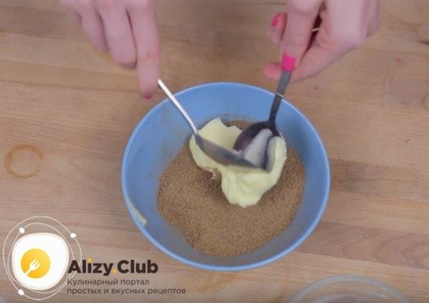 Добавляем к сахару с корицей размягченное сливочное масло.