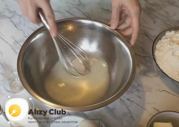 В теплой сыворотке или молоке разводим пачку дрожжей с добавлением сахара.