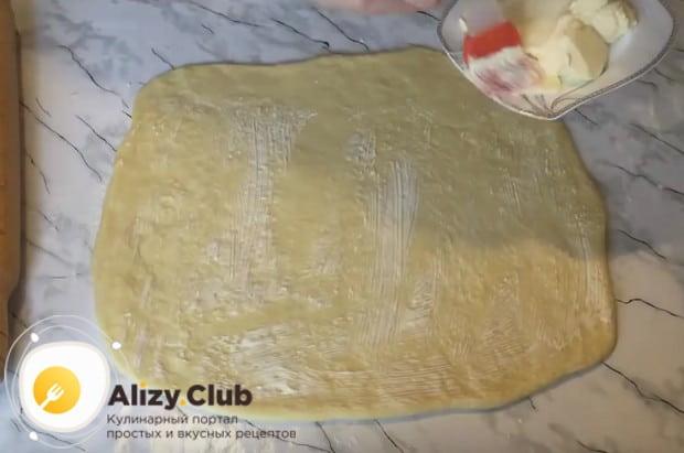 Смазываем тесто сливочным маслом.
