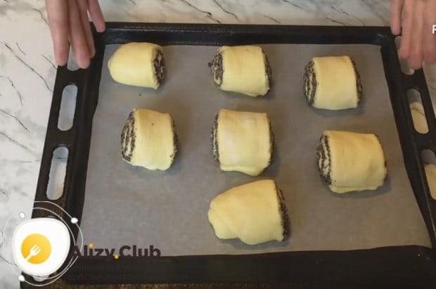 Выкладываем наши маковые булочки на застеленный пергаментом противень.