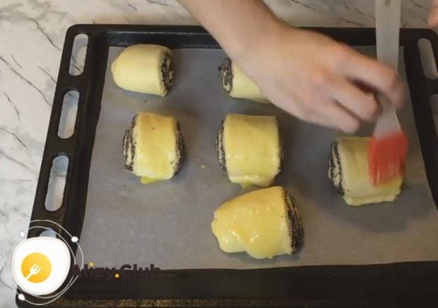 Перед отправкой в духовку смазываем изделия желтком.