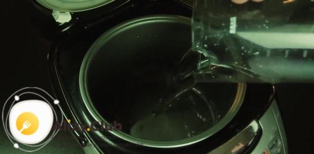 В чашу мультиварки наливаем 200 мл воды