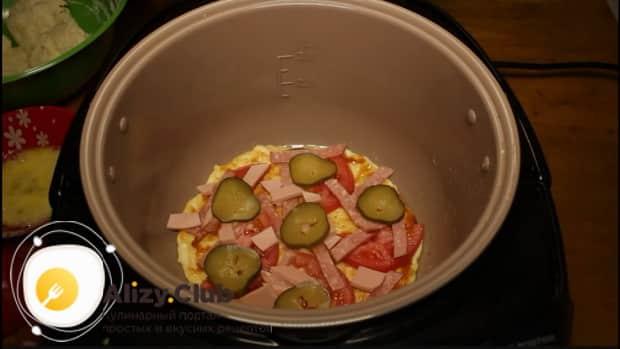 Для приготовления пиццы в мультиварке, выложите начинку на тесто.