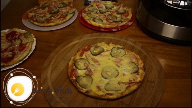 Простая пицца приготовленная в мультиварке готова.