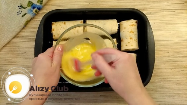 Для приготовления пирожков из лаваша,  смажьте пирожки яйцами.