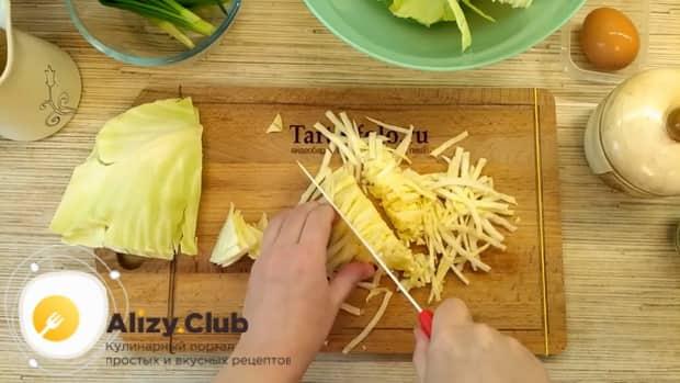 Для приготовления пирожков из лаваша, обжарьте капусту.