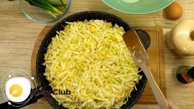 Для приготовления пирожков из лаваша, добавьте капусту к луку.